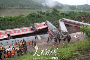 江西火车脱轨已致19死71伤 仍有旅客遗体被陆续发现